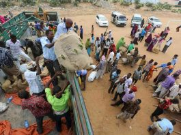 Porters gather around a truck carrying khat in Mogadishu /REUTERS