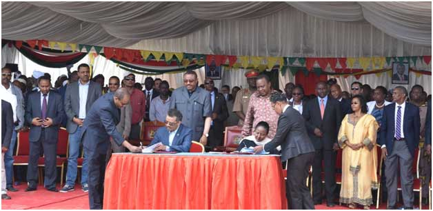 President Kenyatta of Kenya and former Prime Minister Desalegn of Ethiopia lay the foundation for the Kenya-Ethiopia cross-border programme in the border town of Moyale on 07 Dec 2015. Credit: @UNDP Kenya