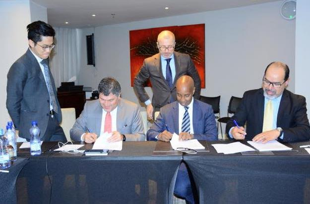 Somalia minister forAviation, Mohamed Abdullahi Oomaar {second right} signing the agreement for full control of airspace with officials of ICAO and IATA over the weekend.