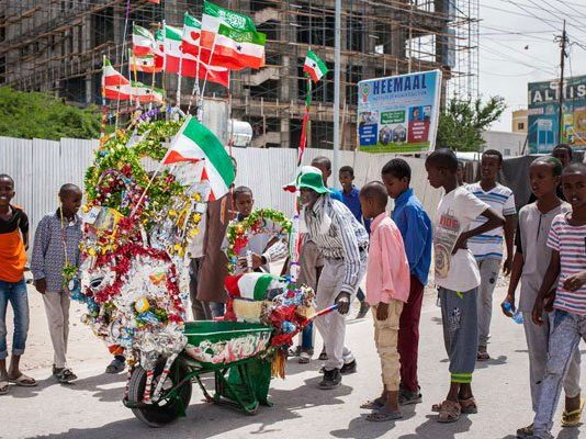 A man pushes his decorated wheelbarrow during celebrations of the 27th anniversary of self-declared independence of Somaliland in Hargeisa on May 15, 2018. PHOTO   AFP