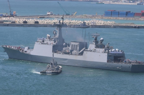 The Dae Jo Yeong, a 4,400-ton South Korean destroyer, departs a naval base in Busan for the Gulf of Aden on May 11, carrying a 300-strong contingent of the Cheonghae Unit to combat piracy in waters off Somalia and in the Persian Gulf. File Photo by Yonhap