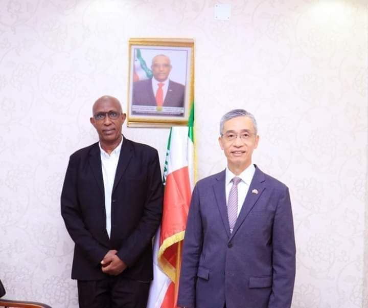 """Photo file: Somaliland Minister of Education and Science Ahmed Mohamed Dirie """"Toorno"""" and Lou Chen-hwa Taiwan representative to Somaliland."""