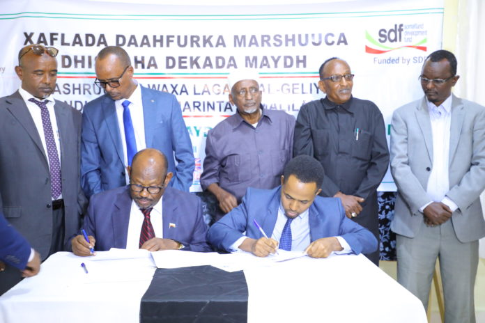 Somaliland Minister of Livestock and Fisheries Development Said Sulub Mohamed ad Najah Mohamud Aden, deputy head of the Somaliland Development Fund (SDF) signs the Contract of the Maydh Jetty Construction Project