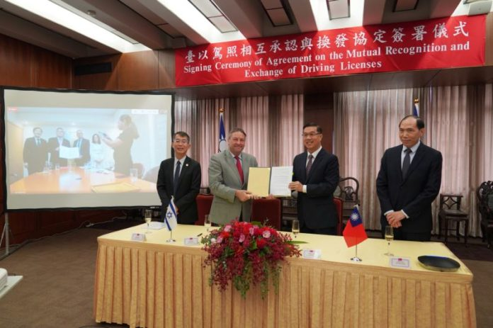 Taiwan MOFA Vice Minister Miguel Li-jey Tsao (second right) and Israel Economic and Cultural Office in Taipei Representative Omer Caspi (second left) display an agreement on mutual recognition of driver's licenses Aug. 24 in Taipei City. (MOFA)