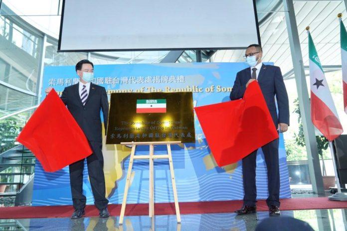 Taiwan Foreign Minister Joseph Wu (left) with Somaliland representative Mohammed Omar Hagi Mohamoud (Twitter, MOFA photo)