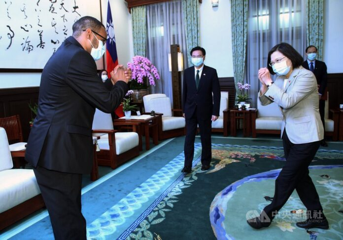 President Tsai (right) greets Mohamed Omar Hagi Mohamoud (left), Somaliland's first representative to Taiwan, with Foreign Minister Joseph Wu (center). CNA photo Oct. 12, 2020