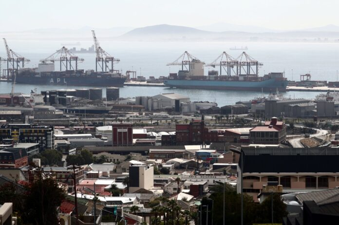 Container ships wait to load and offload goods in port during a 21-day nationwide lockdown aimed at limiting the spread of coronavirus disease (COVID-19) in Cape Town, South Africa, April 17, 2020. (Reuters Photo)