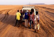 An IOM mobile unit assists migrants in the Obock desert. Photo: IOM/Alexander Bee